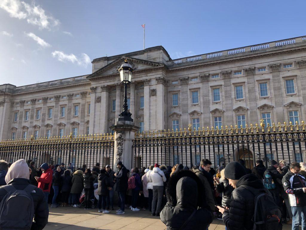 バッキンガム宮殿。人がたくさん集まっています。